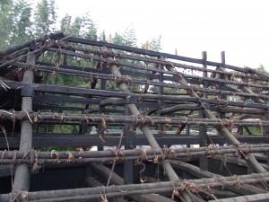 丸太を建て竹で連結しただけの構造がわかります